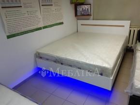 Двоспальне глянцеве біле ліжко Б'янко зі вставкою дуб сонома